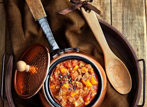 Gulasz wołowy z marchewką w sosie ze świeżych pomidorów