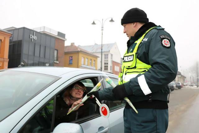 Policiais lituanos entregam flores no Dia Internacional da Mulher