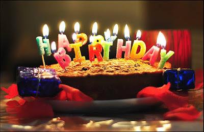 Bánh gato cho bé và nến sinh nhật.