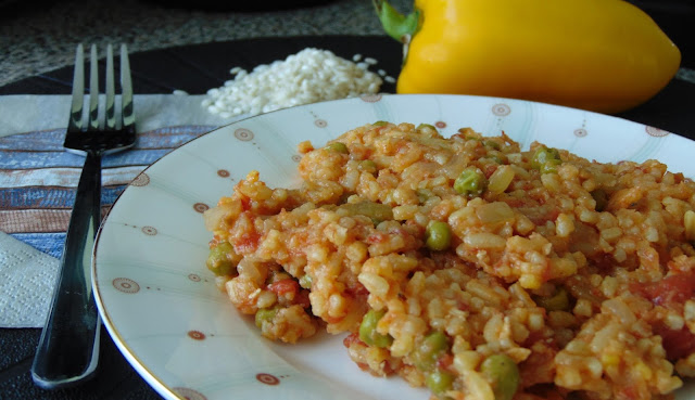 Kuchnia hiszpańska – piersi z kurczaka z groszkiem i ryżem szafranowym