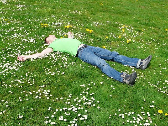 Mann liegt, Frühlingsstimmung, Wortfindung, Frühling, Lenz, Idee, Aktivierung