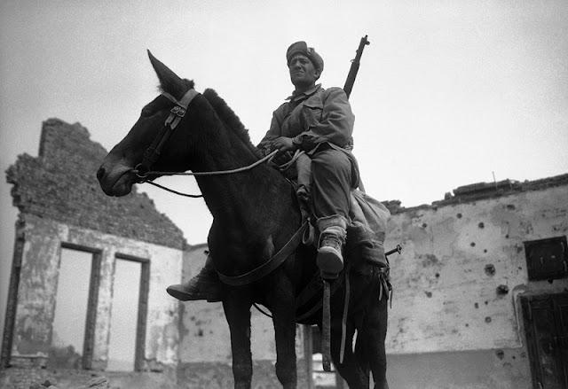 Soldado turco montando un burro en Uijeongbu