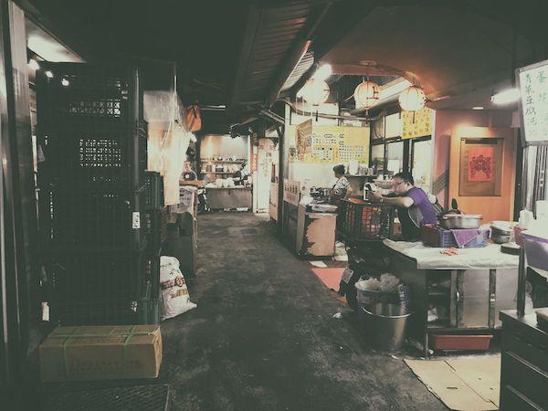 Chengzhong Market(城中市場)の屋台のような食堂のような小さい食事処が連なるエリア