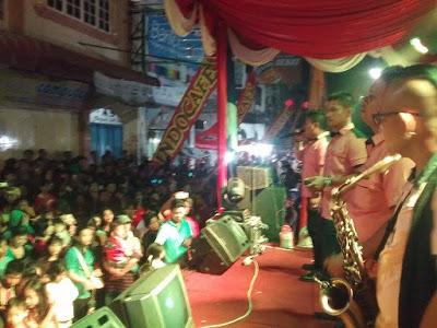 Zone Voice Trio menghibur pengunjung Imlek fair Siantar di jalan Bandung Pematangsiantar, Sabtu malam ( 21/1/2017).
