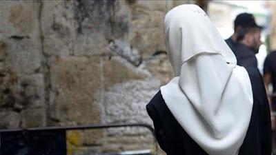 """Bocah Muslimah AS Ini Jilbabnya Ditarik dan Diteriaki """"Teroris"""""""