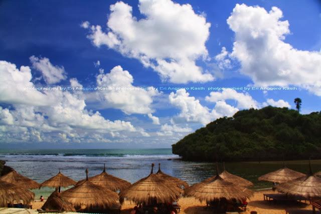 Pulau Drini dengan foreground gazebo Pantai Drini.