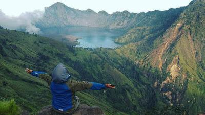 foto puncak gunung rinjani cewek