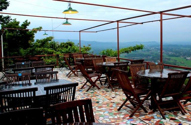 Bukit Indah Resto, salah satu bukit yang cocok banget bagimu dan pasangan untuk bersantap bersama sambil memandangi keindahan alam