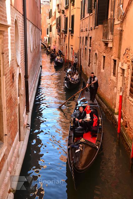 rejsy Gondolami - symbolem Wenecji przy śpiewie gondolierów. Gondole przy Placu Świętego Marka