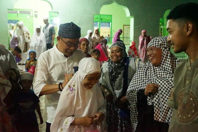 Pj Bupati Bone Safari Ramadhan, Salah Seorang Jamaah Tarweh Minta Tanda Tangan