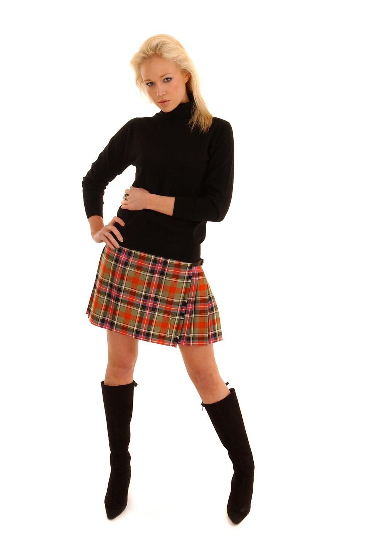 Perpaduan Skirt Mini dan Kaos Polos Hitam
