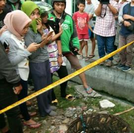 Warga menyaksikan pembuangan mayat bayi di tong sampah.