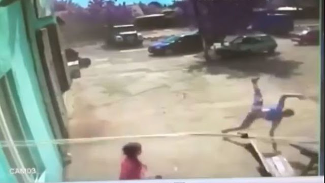 У мережі з'явилося відео, як смерч підняв у повітря підлітка в Одеській області