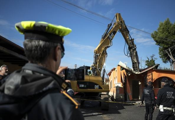 Italian police demolishes luxury villas of Casamonica mafia clan
