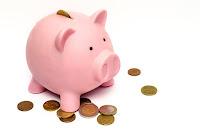 Porquinho e moedas, símbolo de economia