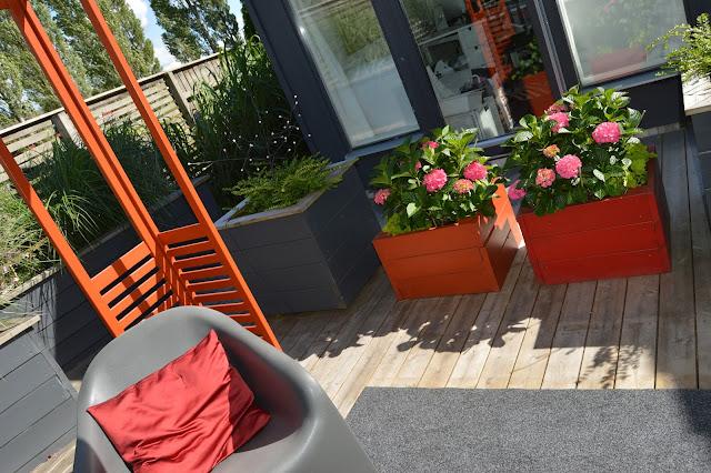 Terrasse utenfor et kontorbygg i hagen. Trädgårdsrundorna.