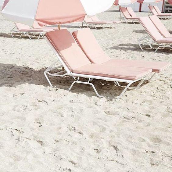 Cadeira de praia cor de rosa. Blog Achados de Decoração