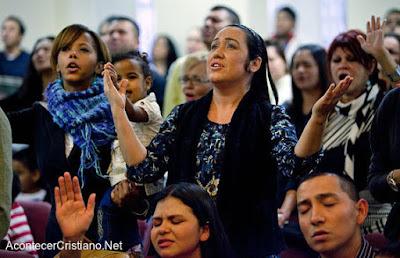 Cristianos participando de culto en iglesia