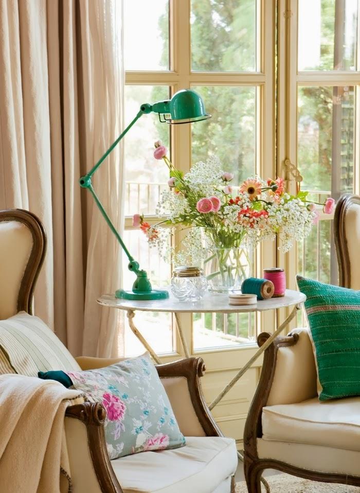 Romantyczna sypialnia z turkusowymi dodatkami, wystrój wnętrz, wnętrza, urządzanie domu, dekoracje wnętrz, aranżacja wnętrz, inspiracje wnętrz,interior design , dom i wnętrze, aranżacja mieszkania, modne wnętrza, styl francuski, romantyczne wnętrza, styl klasyczny, sypialnia, łóżko