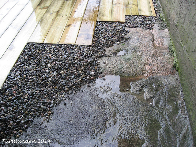 Singel elvestein som avslutning på en terrasse