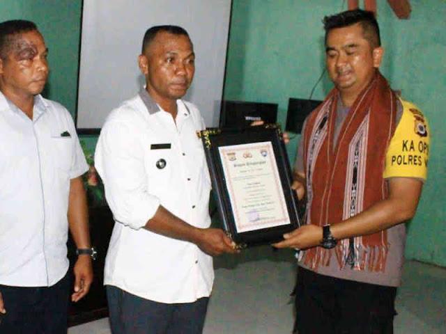 Andre Sukendar Serahkan Sertifikat Juara Desa Aman ke Kabiarat