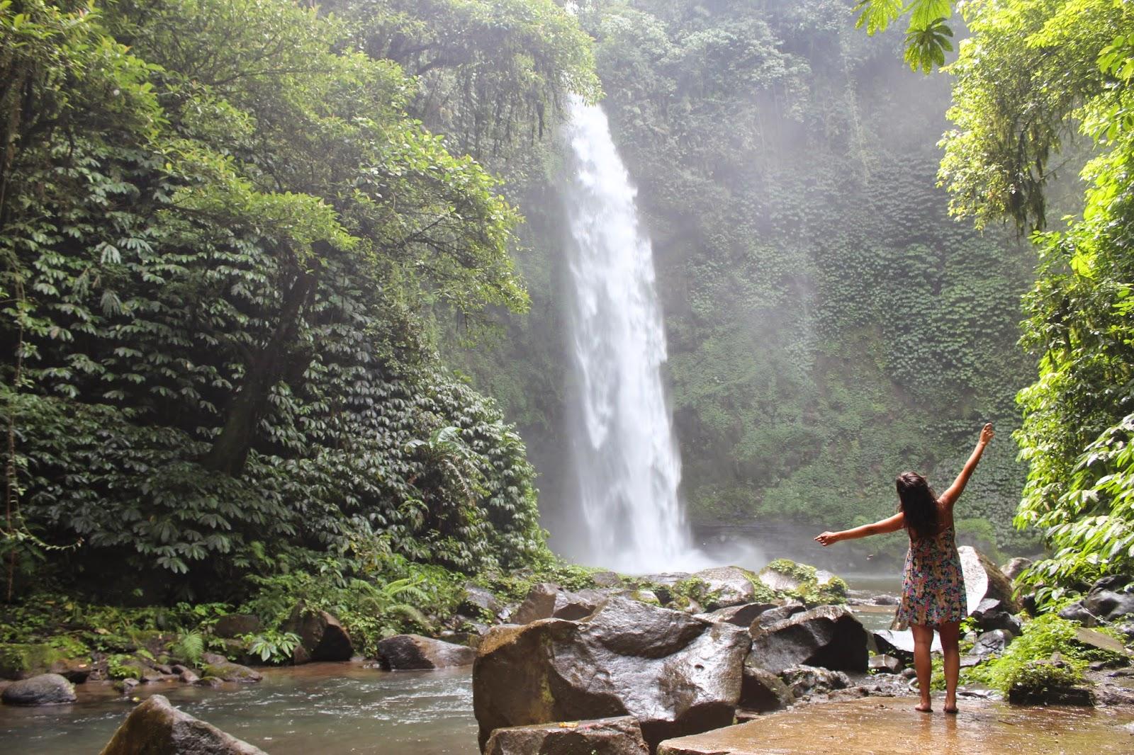 Chica en cascada Nungnung en Bali