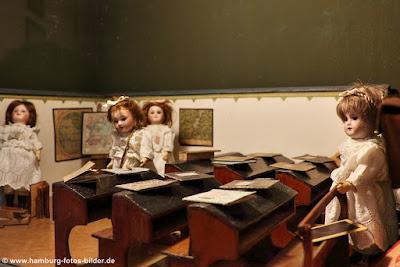 Puppen im Klassenzimmer in Puppenschule
