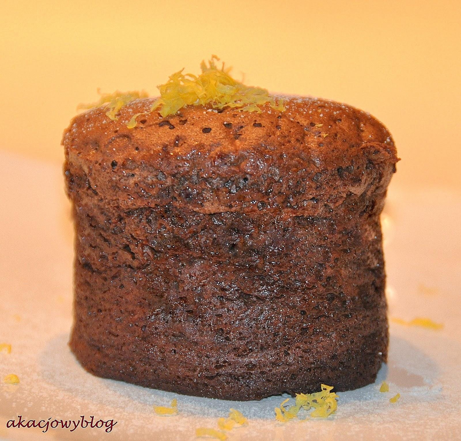 Suflet czekoladowy podany na talerzu.