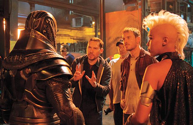 Oscar Isaac, regizorul Bryan Singer, Michael Fassbender şi Alexandra Shipp pe platourile de filmare pentru X-Men: Apocalypse