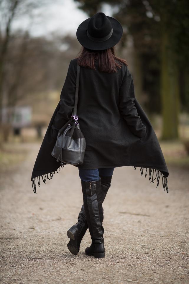 narzutka w stylu boho | płaszcz z frędzlami w stylu boho | płaszcz w stylu boho | styl boho na wiosnę | styl boho blog | blogerka boho | frędzle | stylizacja z kapeluszem | blogerka modowa | blog modowy | blog szafiarski | łódzka blogerka