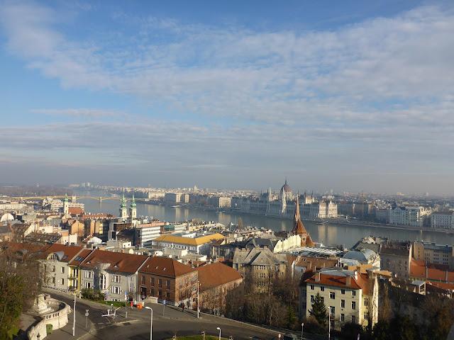 Vue sur le parlement depuis le bastion des pêcheurs Budapest Hongrie
