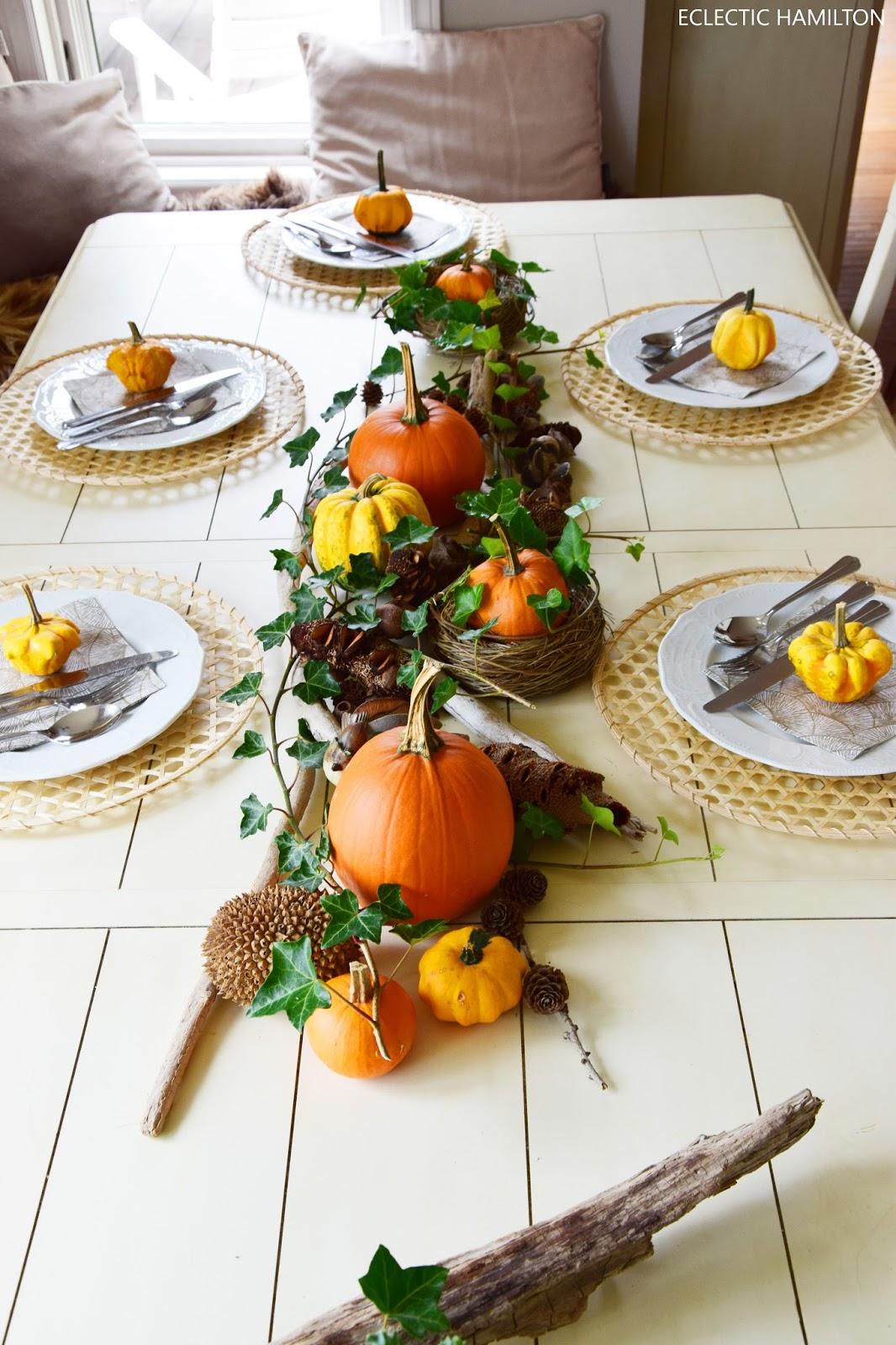 Dekoideen mit Kürbis für den Herbst. Kürbisse natürlich dekorieren. Tischdeko, Tisch dekorieren Herbstdeko, herbstliche Deko, gedeckter Tisch