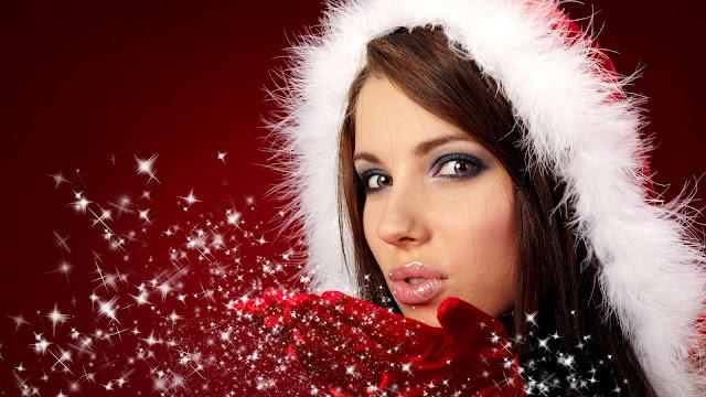 Vrouw met kerstmuts op haar hoofd en glitters