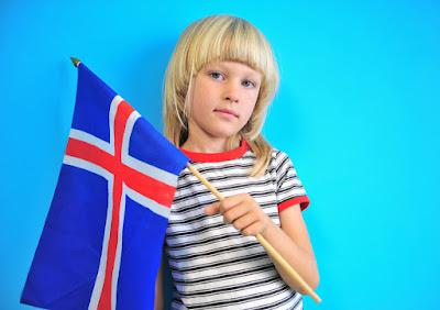 Pequeña niña islandesa con la bandera de su país, un lugar ideal para familias