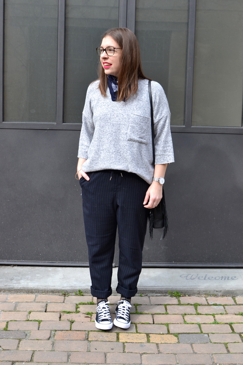 pull gris zara, bandana bleu marine Asos, pantalon bleu marine rayé H&M, converse noir, sac Maje