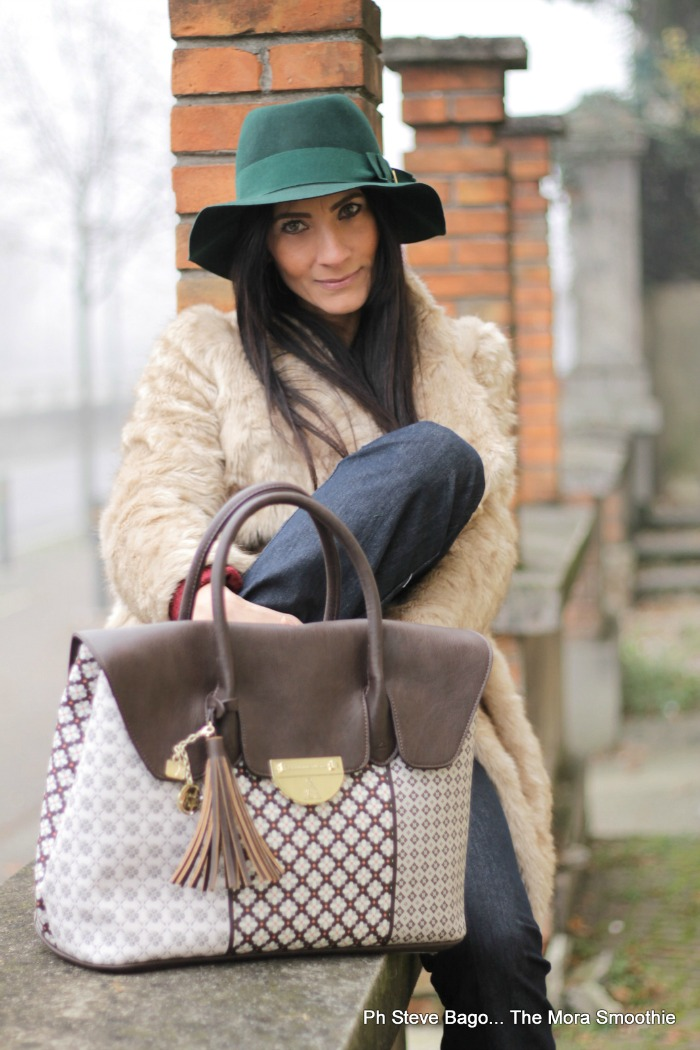 fashion, fashionblog, fashionblogger, paola buonacara, moda , mode, look, outfit, ootd, italian blogger, italian fashion blogger, italian blog, italian fashionblog, atelier du sac, alviero martini, bag, borsa, look, look anni 70, pantaloni a zampa, come abbinare una borsa grande, pelliccia finta, look invernale, outfit per giornate fredde ma glamour, borsa grande, big bag