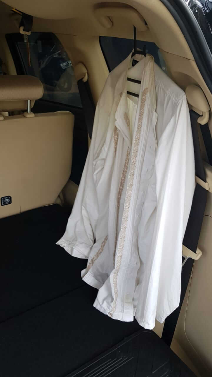 pegangan tangan yang bisa jadi gantungan baju di bagian belakang Mitsubishi Xpander Ultimate