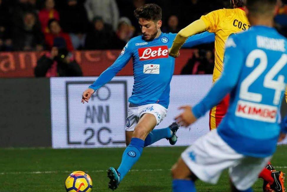 Benevento-Napoli: gol favoloso di Mertens poi si fa male, si rimane a +1 dalla Juventus in classifica Serie A