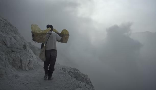 Video klip Terraform memotret kerasnya kehidupan penambang belerang di kawah Ijen, Banyuwangi.