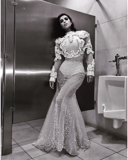 Kim-Kardashian-post-Instagram-Come-and-meet-me-in-the-bathroom-staaa