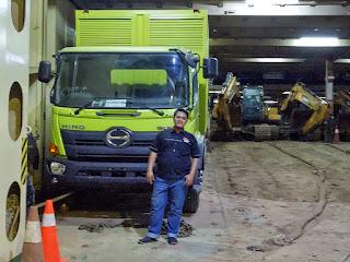 pengiriman truk di dalam kapal roro