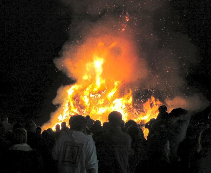 Le feu de la Saint Jean va brûler pendant plusieurs heures