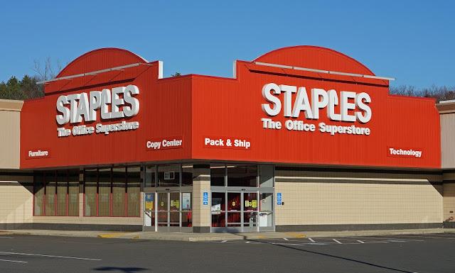 Compra de eletrônicos na Staples em San Diego