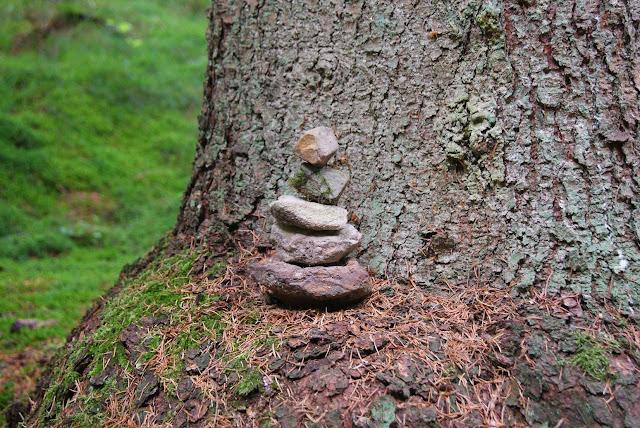 Gestapelte Steine an einem Baum