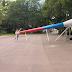 Vuvuzela gigante diverte visitantes de parque em Moscou