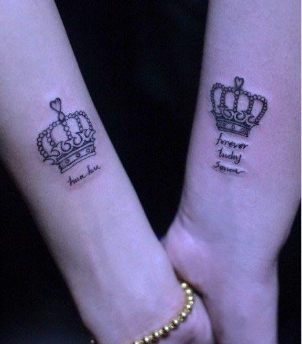 Aşk mesajı ile birleştirilmiş taç dövmeleri