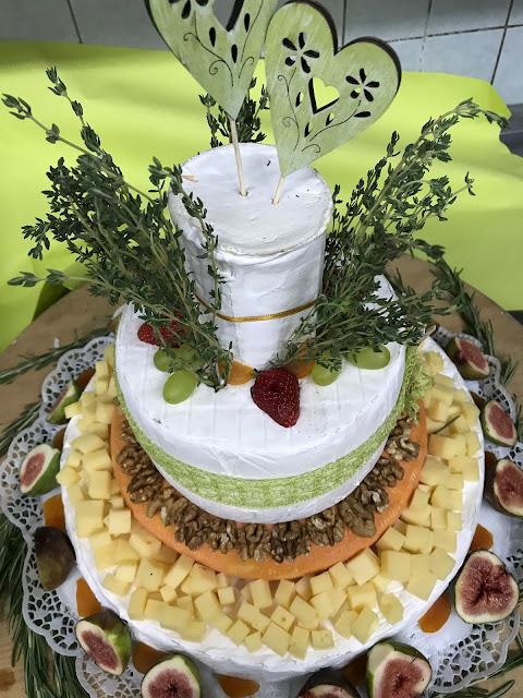 Hochzeitstorte aus Käse, Maigrün, Pink, Frühlingshochzeit in den Bergen am See, Hochzeitshotel Riessersee Hotel Garmisch-Partenkirchen, heiraten in Bayern, Hochzeitsplanerin Uschi Glas