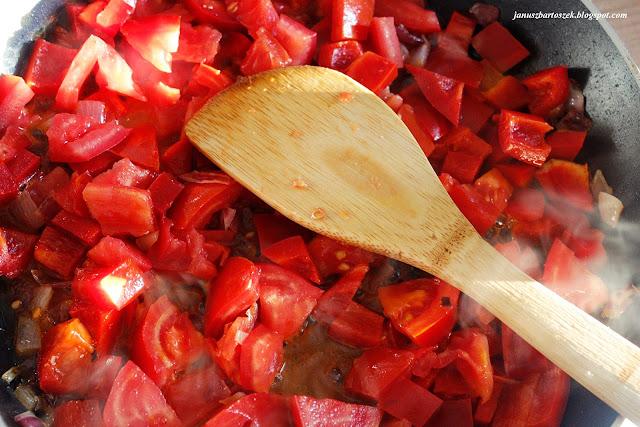 smażone pomidory i papryka