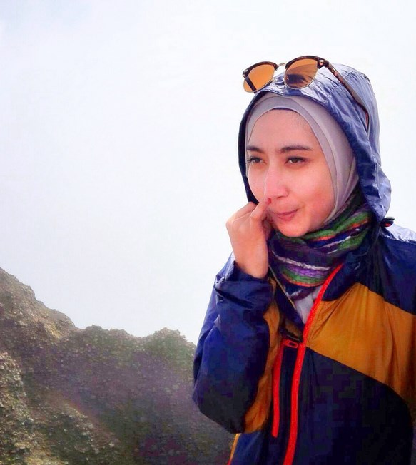 Cewek hijab cantik dan manis suka ngupil manis dengan sweater dan jaket luar bisa ngupil di colok-colok