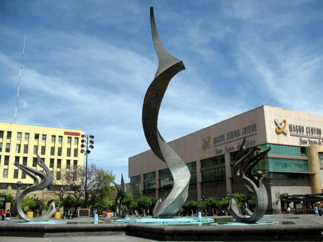 a5e42a566571 En octubre 2002 se inaugura el Magno Centro Joyero San Juan de Dios en la  Plaza Tapatía con la finalidad de unificar a los joyeros más importantes  del área ...